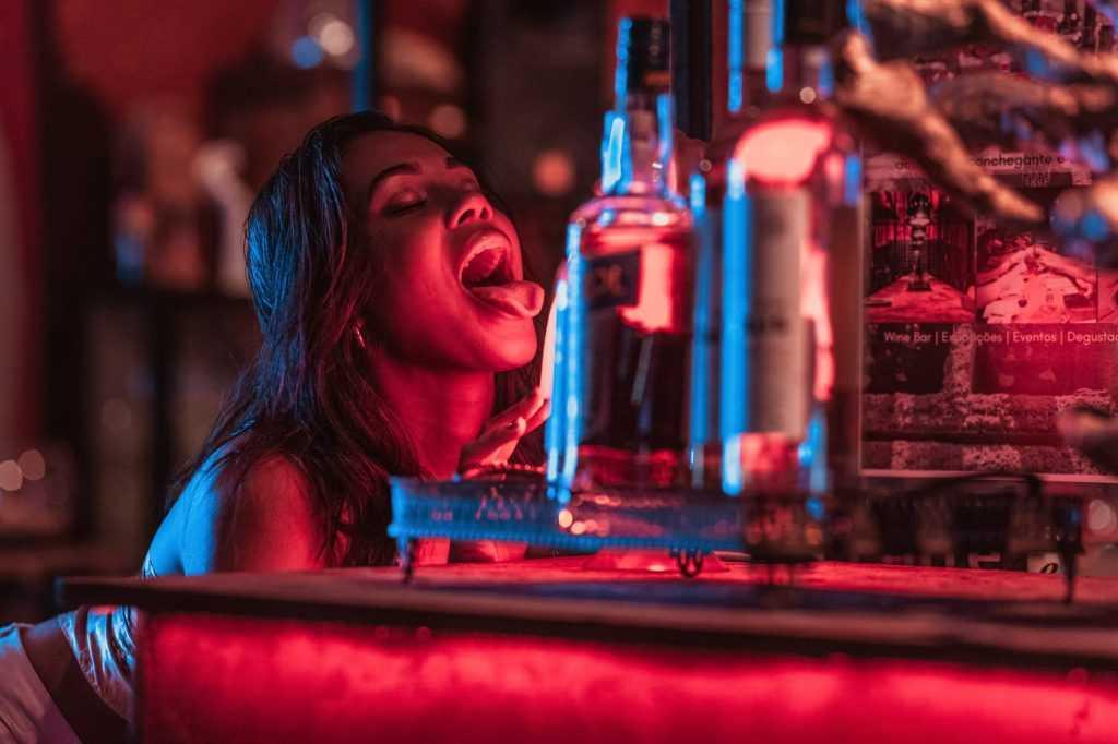 Nongkrong dan meminum minuman alkohol merupakan dampak negatif dari budaya barat yang masuk ke Indonesia