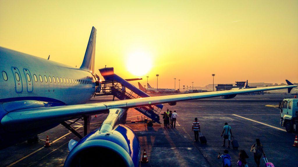 Dengan adanya pesawat, jarak yang jauh menjadi tidak terlalu berarti
