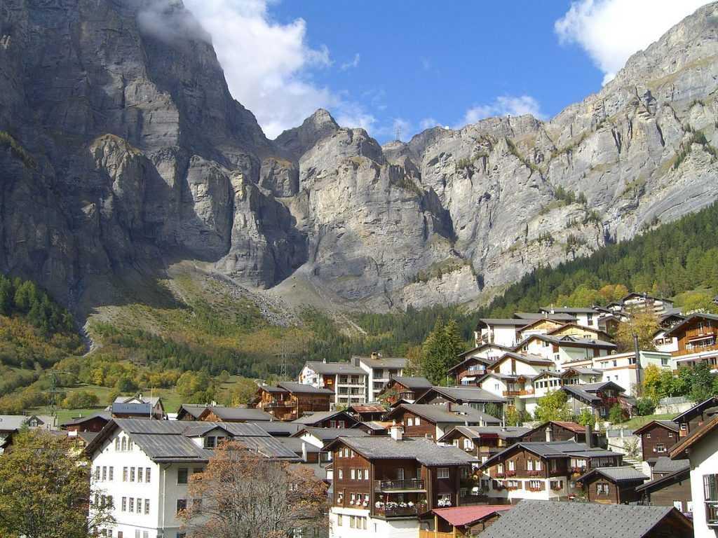 Di Swiss, dataran rendah di llereng gunung cocok untuk dijadikan permukiman, sedangkan dataran tingginya lebih cocok dijadikan area wisata ski ataupun hiking