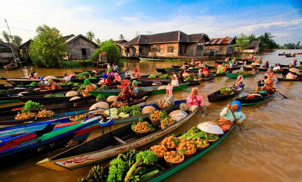Sungai Barito merupakan urat nadi perekonomian dan pusat aktivitas masyarakat lokal