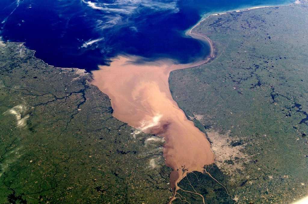 Rio de la Plata merupakan sungai yang sangat penting bagi Brazil, Argentina, dan Paraguay sebagai sumber air