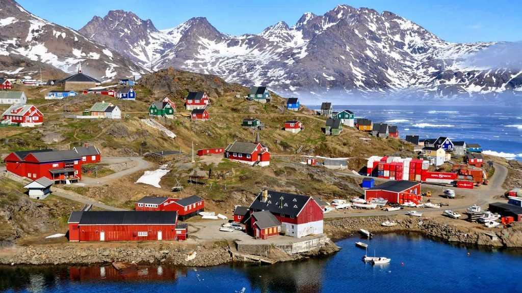 Rumah-rumah di Greenland dibangun sesuai dengan keberadaan permukaan non-es, sehingga menciptakan pola yang unik