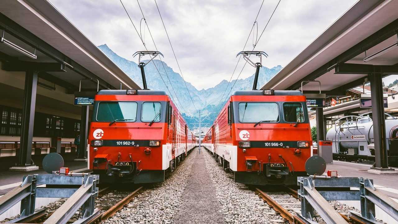 Kereta adalah salah satu contoh sarana transportasi