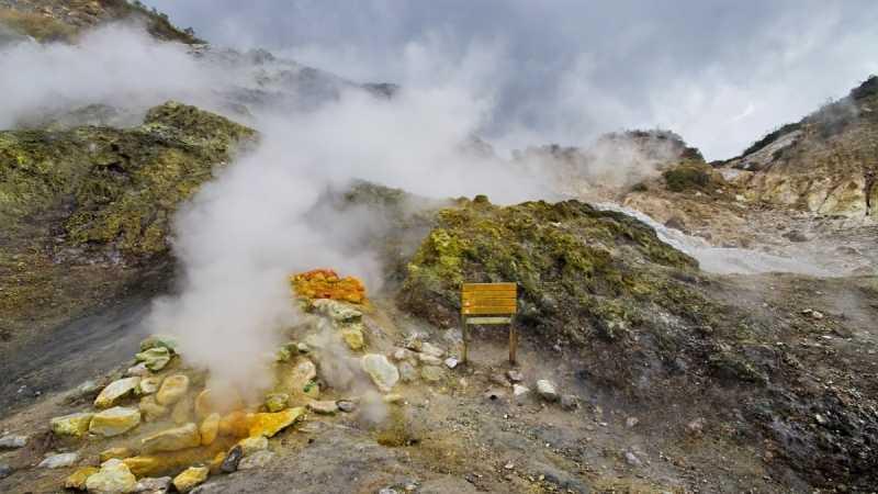 Daerah sekitar gunung Solfatar di Italia dipenuhi aktivitas vulkanisme serta belerang sehingga tidak aman untuk ditinggali. Ini adalah contoh konsep geomorfologi dalam menganalisa wilayah