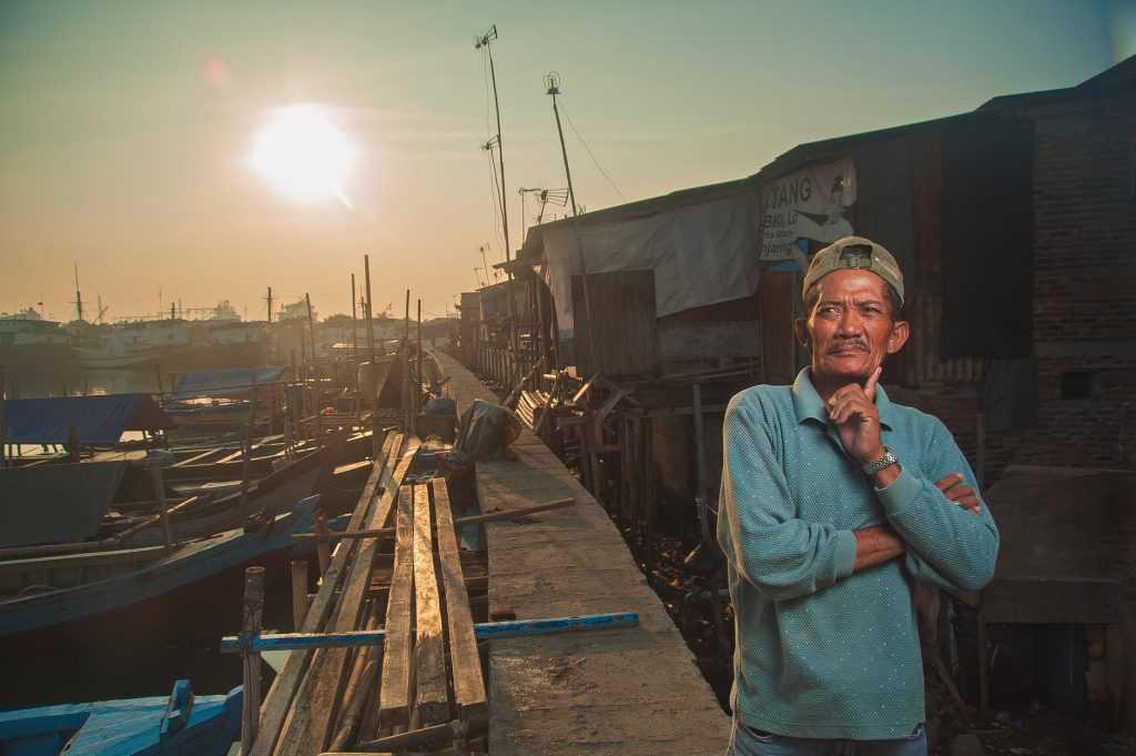 Nelayan seperti gambar diatas umumnya beraglomerasi kedalam satu kampung khusus yaitu kampung nelayan dimana perekonomiannya didasari atas penangkapan dan pengolahan ikan