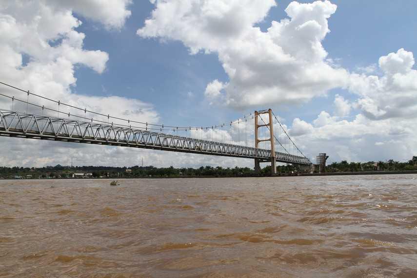 Sungai Mahakam mengalir dari Kutai Barat hingga Kota Samarinda dan Kutai Kartanegara