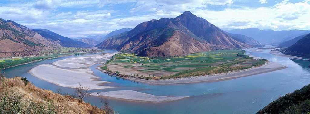 Sungai Yangtze memiliki peran besar dalam menghidupi masyarakat di China dengan menyediakan sumber daya air serta transportasi