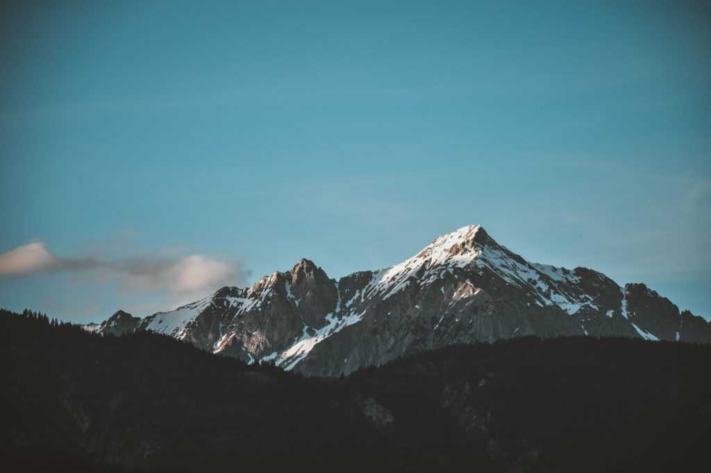 Pembentukan gunung-gunung adalah salah satu contoh proses orogenesa