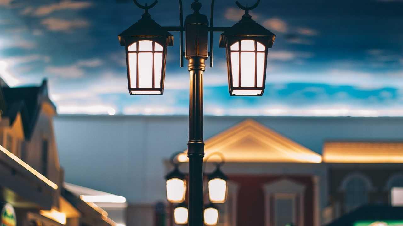 Lampu jalan adalah salah satu contoh prasarana publik penerangan jalan